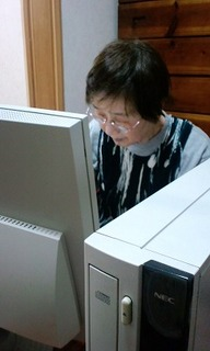 パソコンにむかうおばあ 001.jpg
